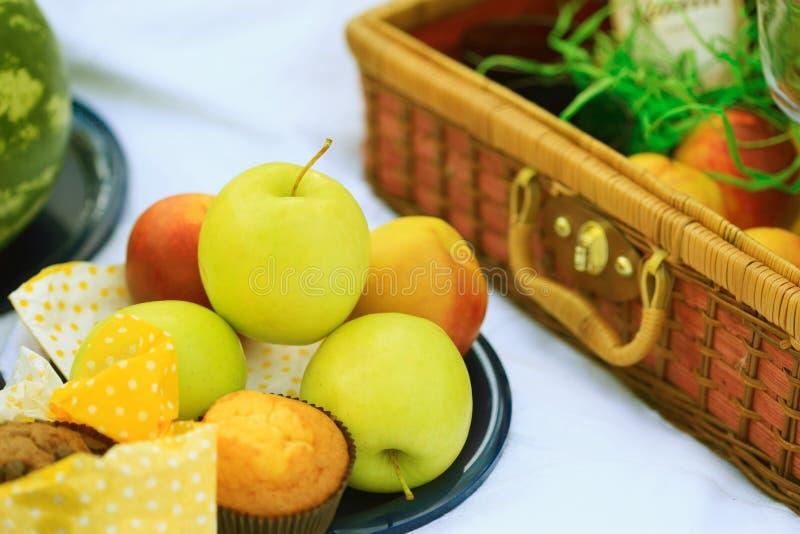 Cesta do piquenique - frutas, queques imagens de stock royalty free