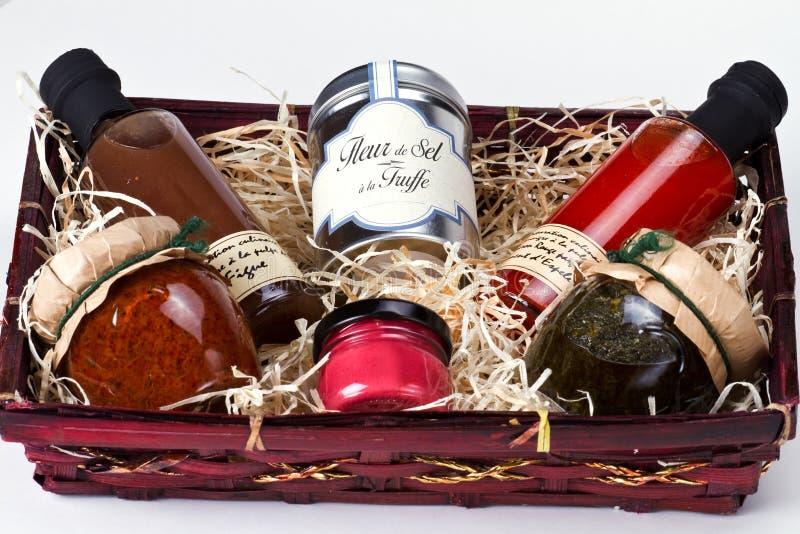 Cesta do presente com condimentos e molhos do gourmet. fotografia de stock
