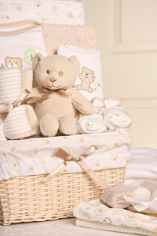 Cesta do presente do bebê foto de stock