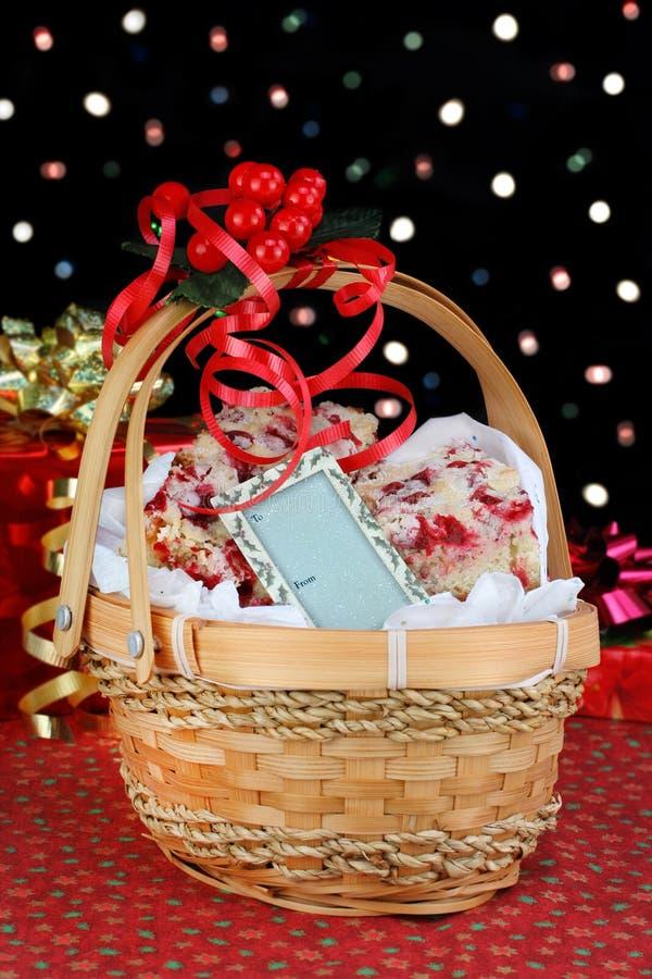 Cesta do presente do Natal dos bolinhos. imagens de stock royalty free