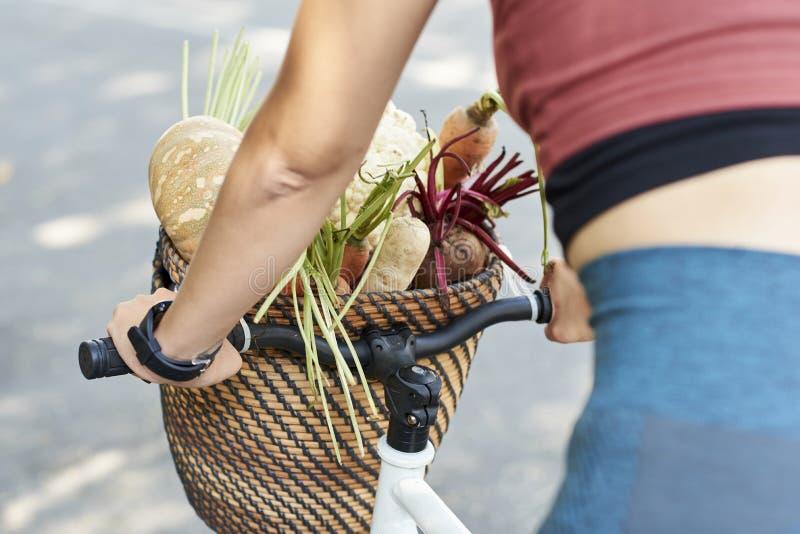 Cesta do vegetal de raiz fotografia de stock