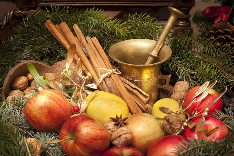 Cesta do Xmas com maçã, vlanuts, agulhas e almofariz fotografia de stock