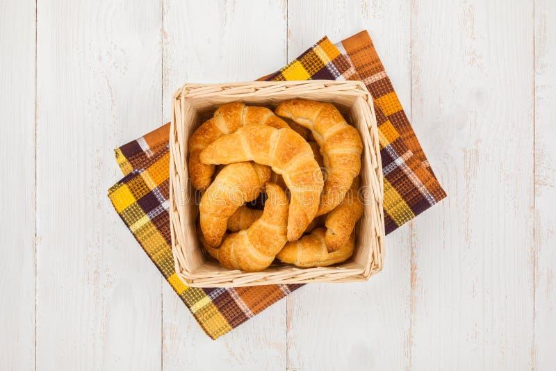 cesta dos croissant fotografia de stock royalty free
