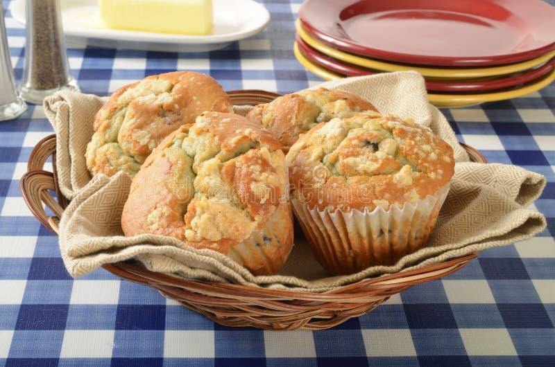 Cesta dos muffin de blueberry imagens de stock