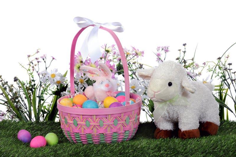Cesta e cordeiro de Easter fotografia de stock