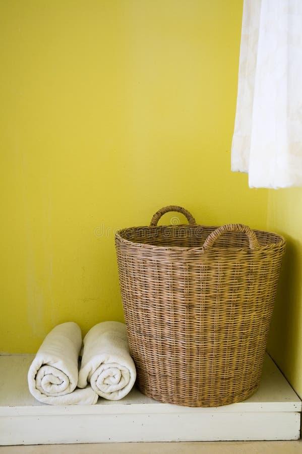 Cesta e toalhas grandes fotos de stock
