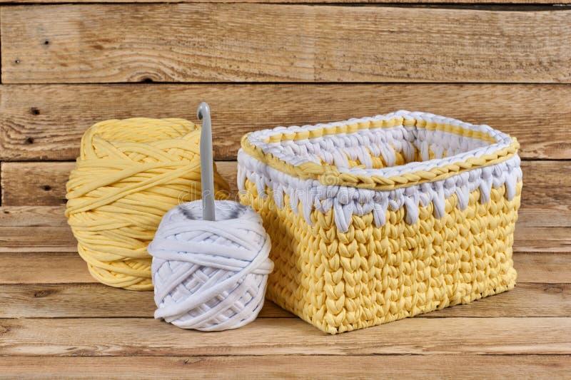 A cesta feita malha com fio e faz crochê fotografia de stock royalty free