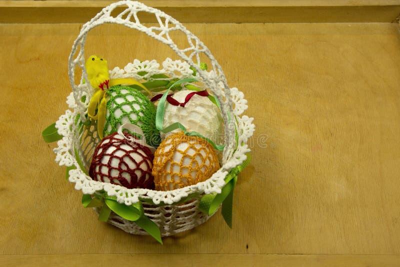 Cesta hecha a mano de Pascua en una tabla de madera fotografía de archivo libre de regalías