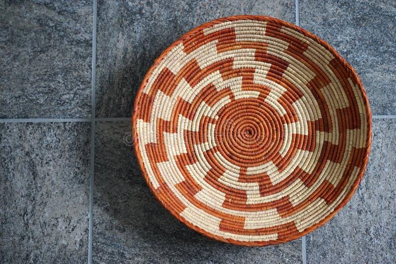 Cesta intrincada do indiano do povoado indígeno fotos de stock royalty free