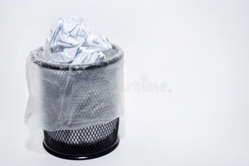 Cesta llena en un fondo blanco fotografía de archivo libre de regalías
