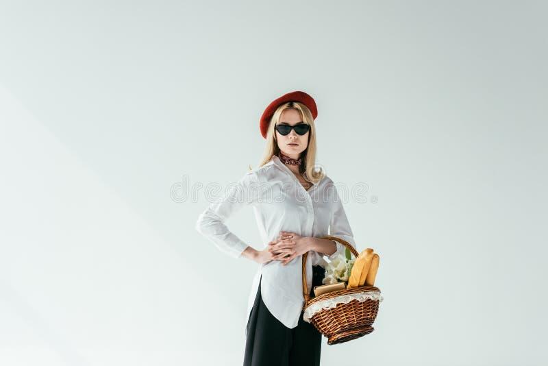 Cesta loura à moda da terra arrendada da menina com pão e flores imagens de stock royalty free