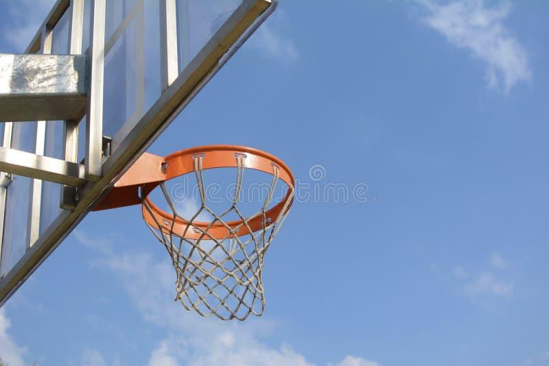 Cesta para jugar a baloncesto imagenes de archivo