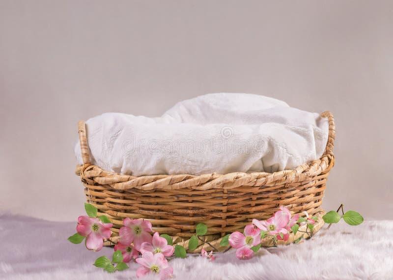 Cesta para o bebê com flores imagem de stock royalty free