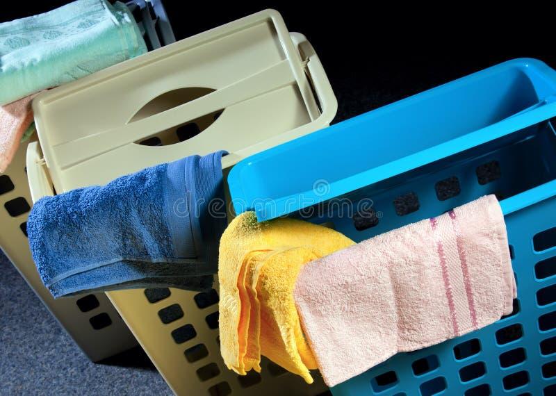 Cesta plástica com toalhas fotografia de stock