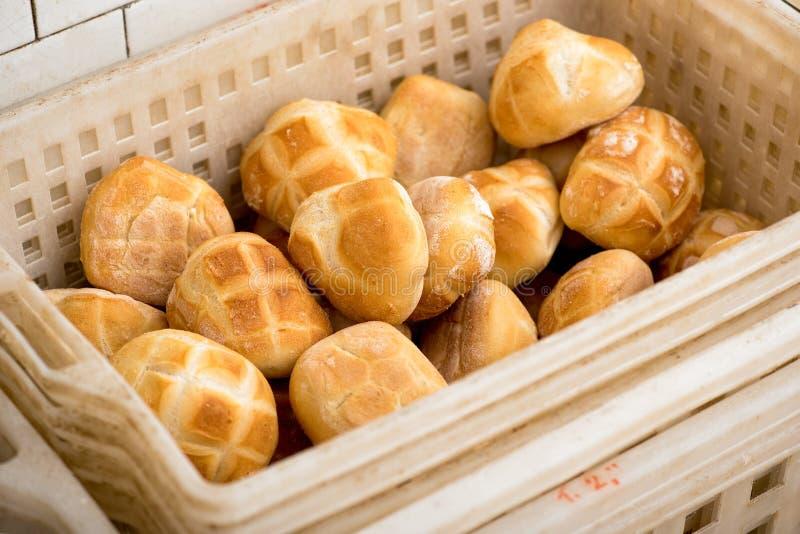 Cesta plástica con los rollos de pan recientemente cocidos imágenes de archivo libres de regalías