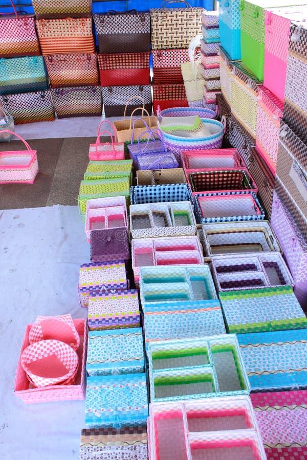 Cesta plástica de tecelagem na loja para o sell fotos de stock royalty free