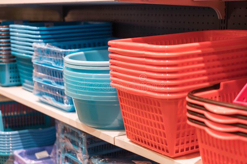 cesta plástica na prateleira imagens de stock