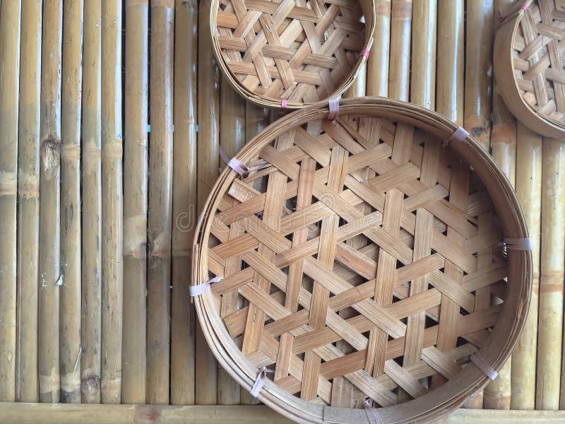 Cesta tailandesa o envase tailandés con el fondo de bambú imagen de archivo