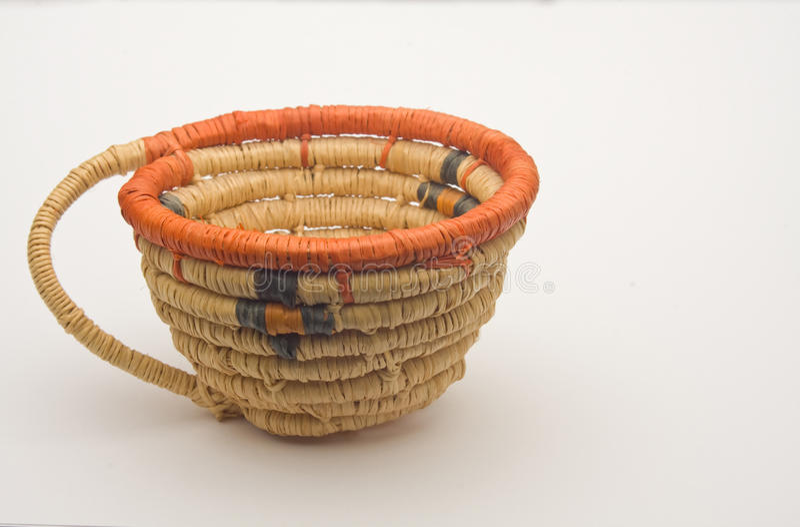 Cesta tecida handmade do nativo americano pequeno fotografia de stock royalty free