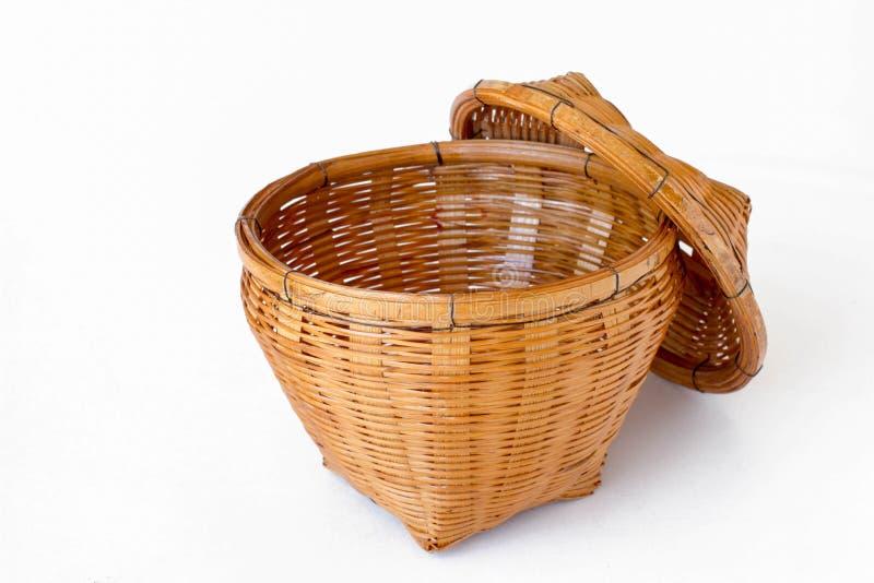 Cesta tejida de cesta de mimbre en un fondo blanco imagenes de archivo