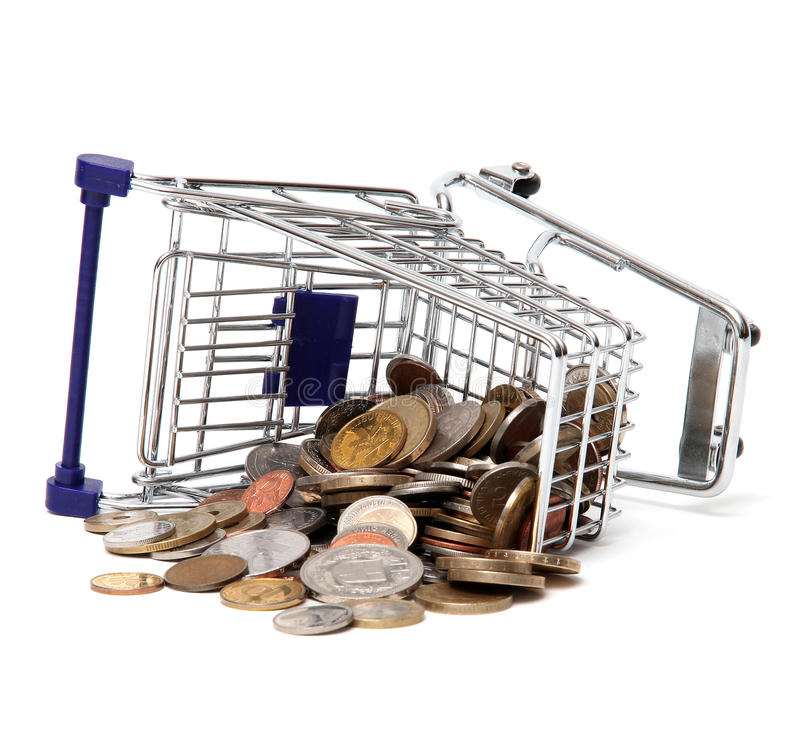 Cesta Toppled dos productos com moedas imagem de stock