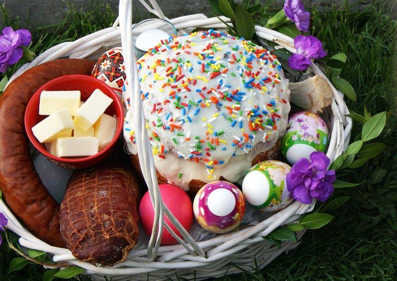 Cesta tradicional de easter com estilo ucraniano do kulich do bolo e os ovos coloridos imagens de stock royalty free