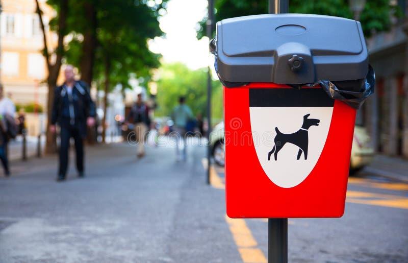 Cesta Waste do cão fotografia de stock royalty free