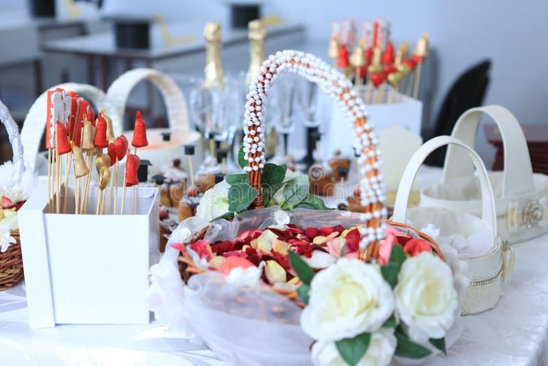 Cesta y chocolates de los pétalos de Rose imagen de archivo libre de regalías