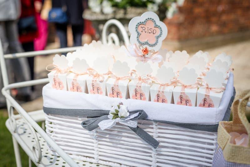 Cesta y confeti de la boda para la ceremonia de boda foto de archivo libre de regalías