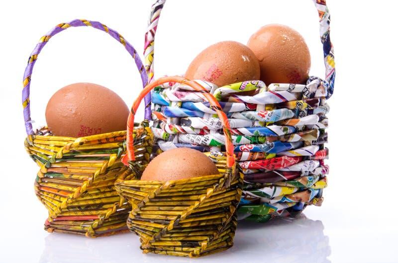 Cesta y huevo imagen de archivo