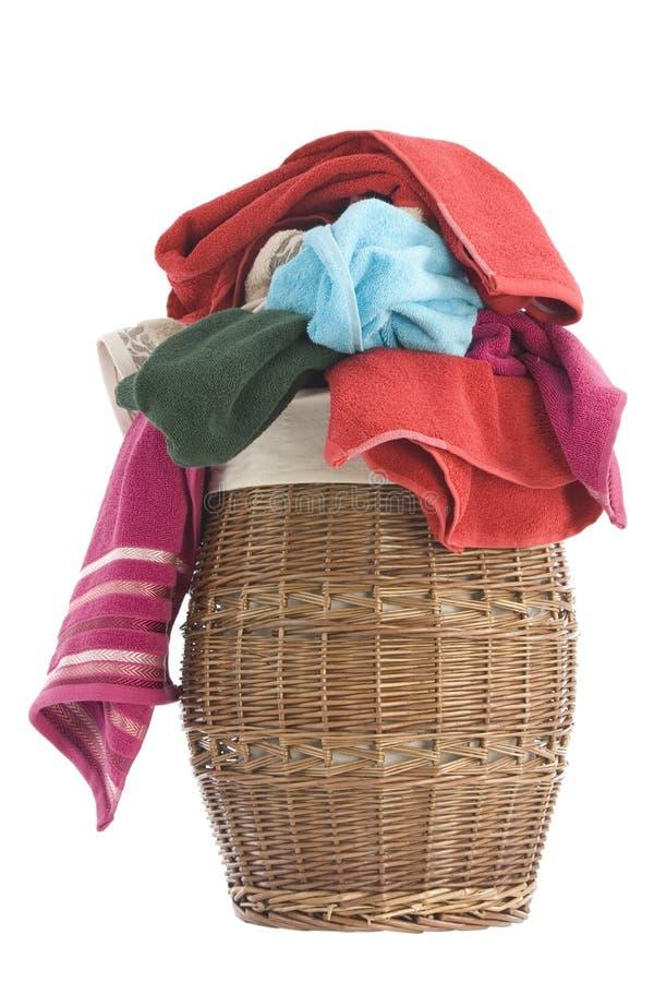 Cesta y toallas de lavadero fotos de archivo libres de regalías