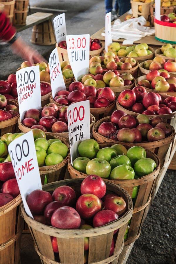Cestas das maçãs no mercado do fazendeiro fotos de stock royalty free
