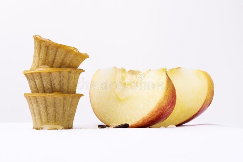 Cestas de Apple y de la miel fotos de archivo