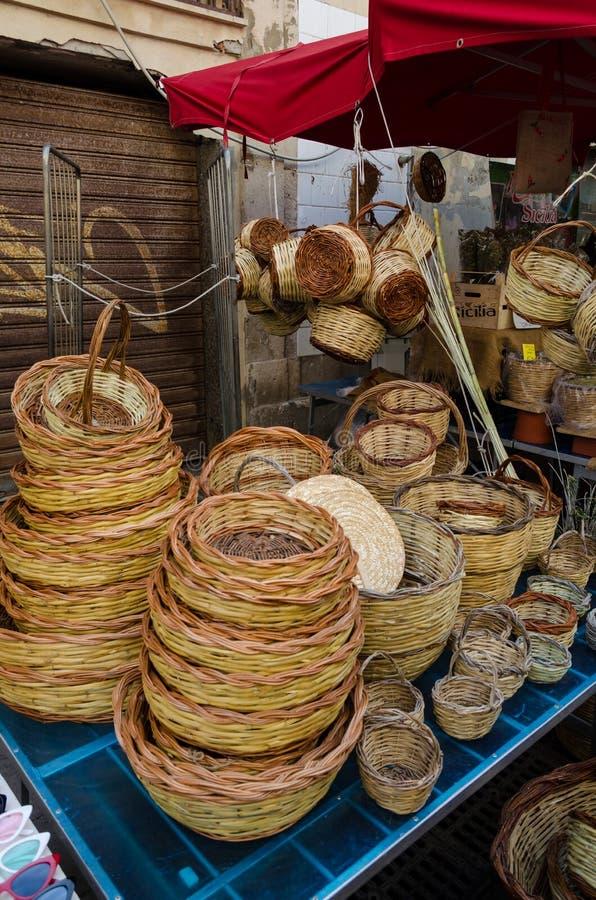 Cestas de mimbre hechas a mano sicilianas típicas fotos de archivo