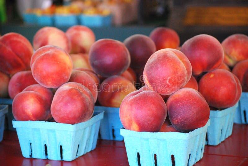 Cestas de nectarinas - fruta del verano imágenes de archivo libres de regalías