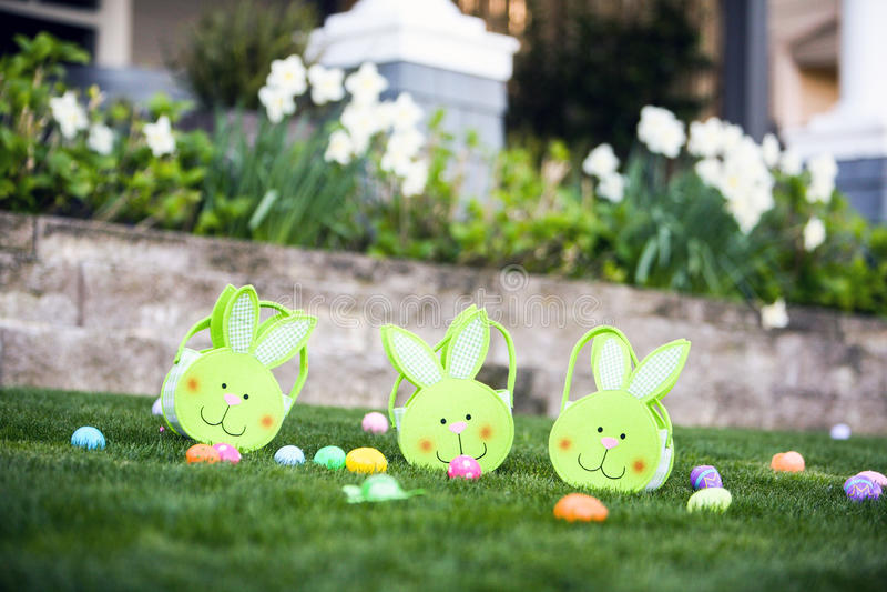Cestas de Pascua en la hierba foto de archivo