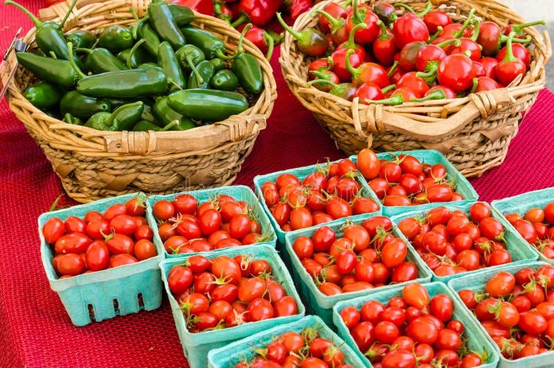 Cestas de pimientas y de tomates fotografía de archivo libre de regalías