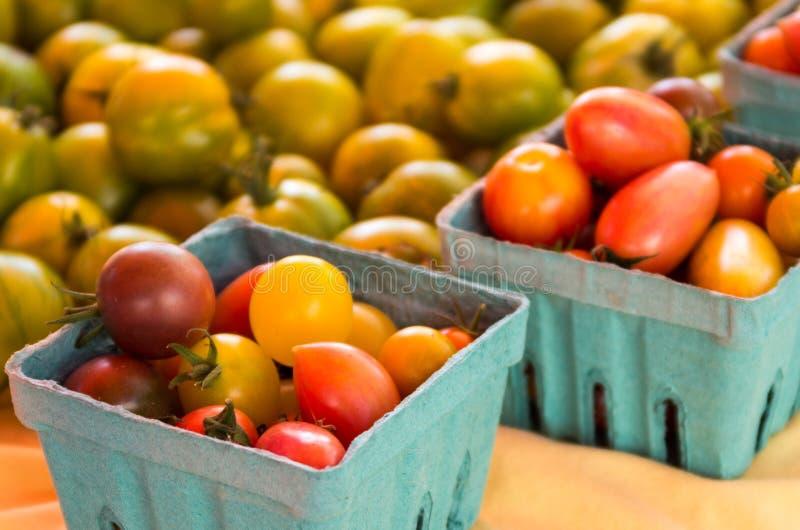 Cestas de tomates de cereza foto de archivo
