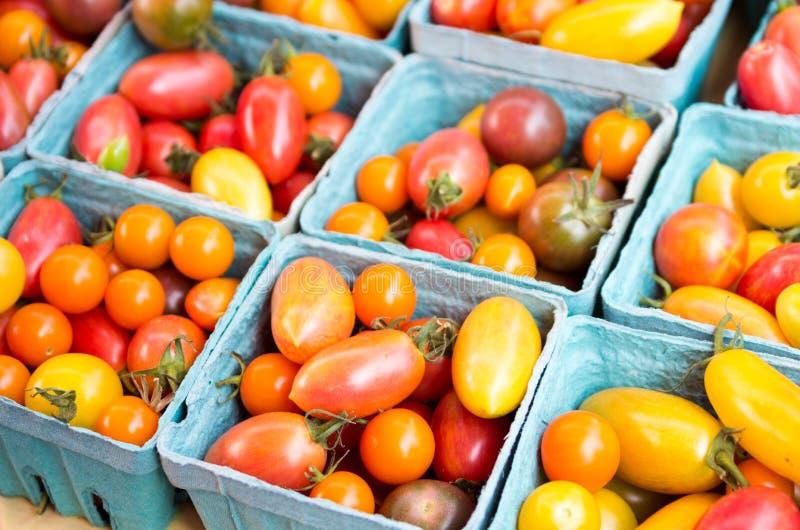 Cestas de tomates de cereza coloridos imagen de archivo libre de regalías