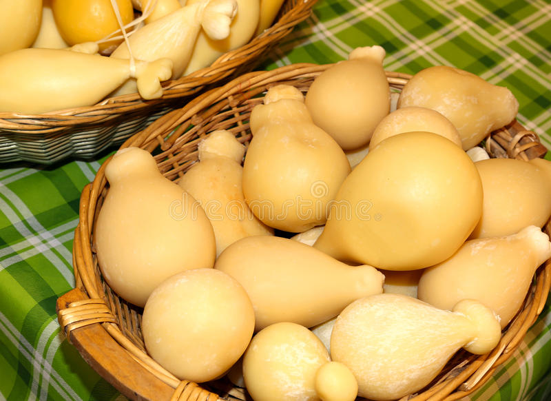 cestas do queijo do caciocavallo para a venda no mercado italiano fotografia de stock