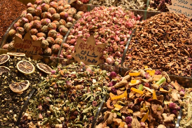 Cestas do turco colorido no bazar grande em Istambul, Turquia foto de stock