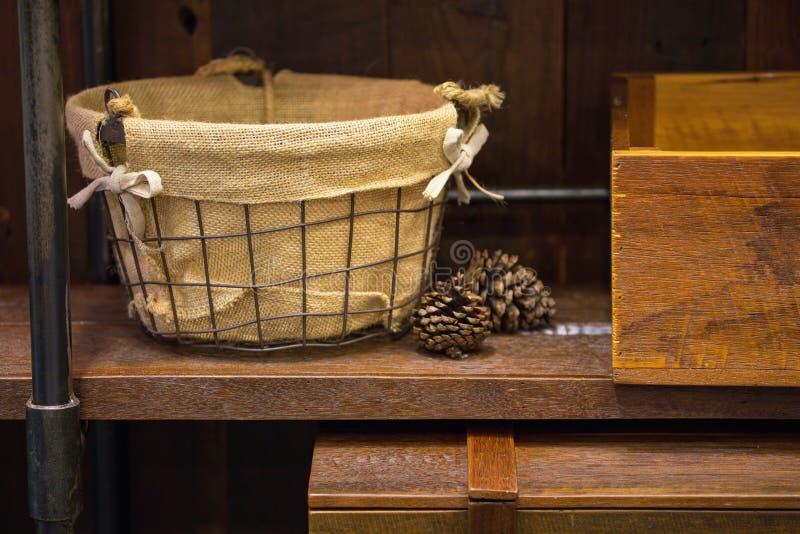 Cestas e casos de madeira imagens de stock