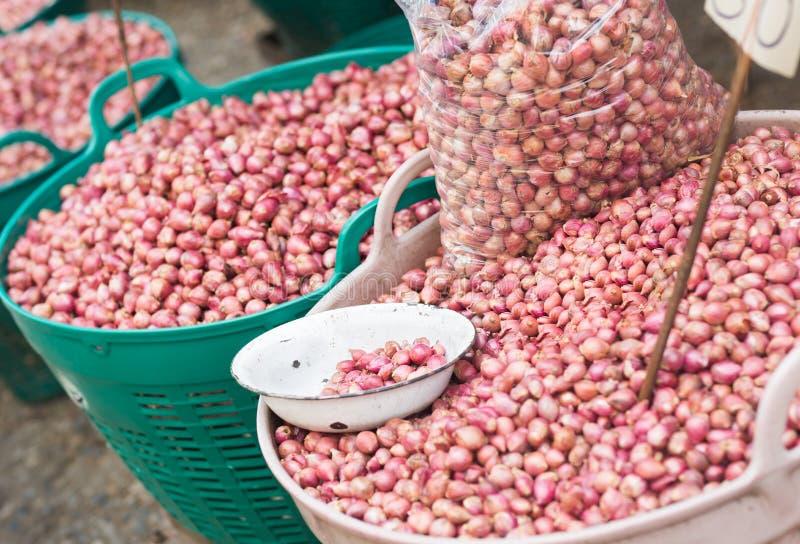 Cestas grandes de muchas cebollas púrpuras en el mercado de los granjeros fotografía de archivo