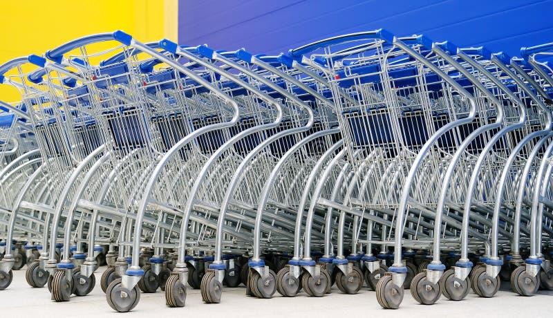 Cestas nas rodas Cestas de estacionamento para compradores dos supermercados e dos hipermercados imagem de stock royalty free