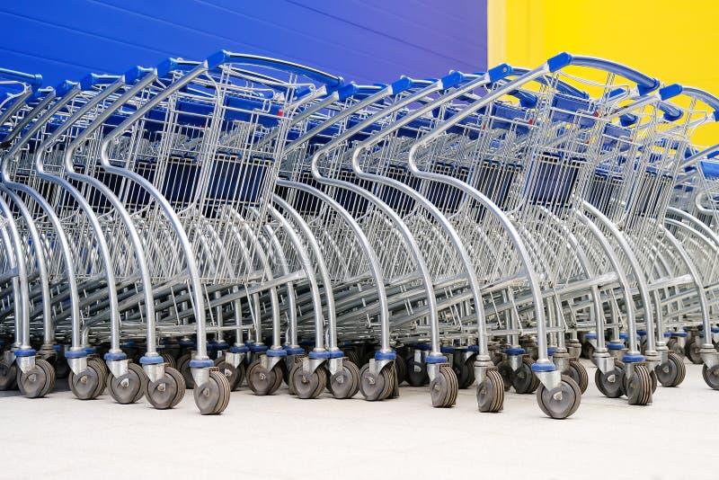 Cestas nas rodas Cestas de estacionamento para compradores dos supermercados e dos hipermercados fotografia de stock