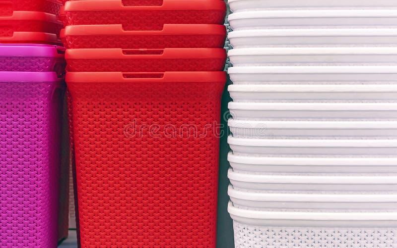 Cestas plásticas de cores diferentes no contador da loja fotografia de stock