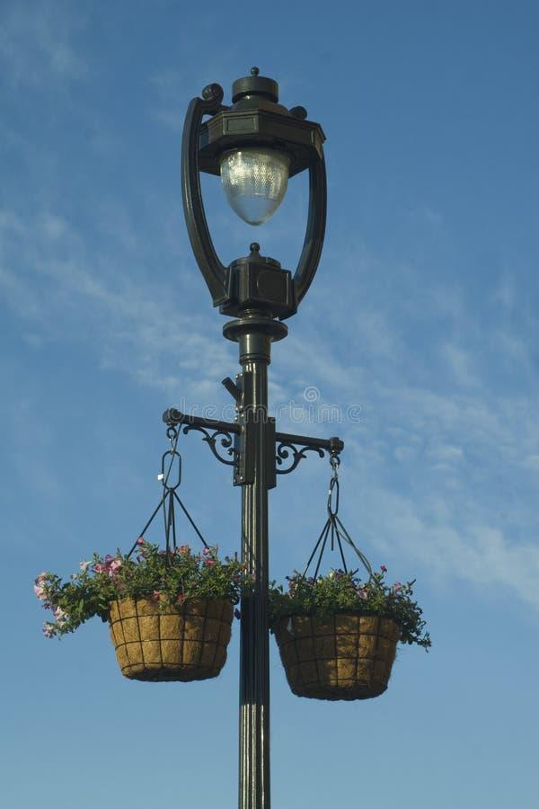 Cestini della lampada e del fiore di via. fotografia stock
