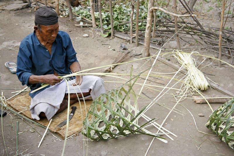 Cestini di tessitura dell'uomo di Gurung immagine stock libera da diritti