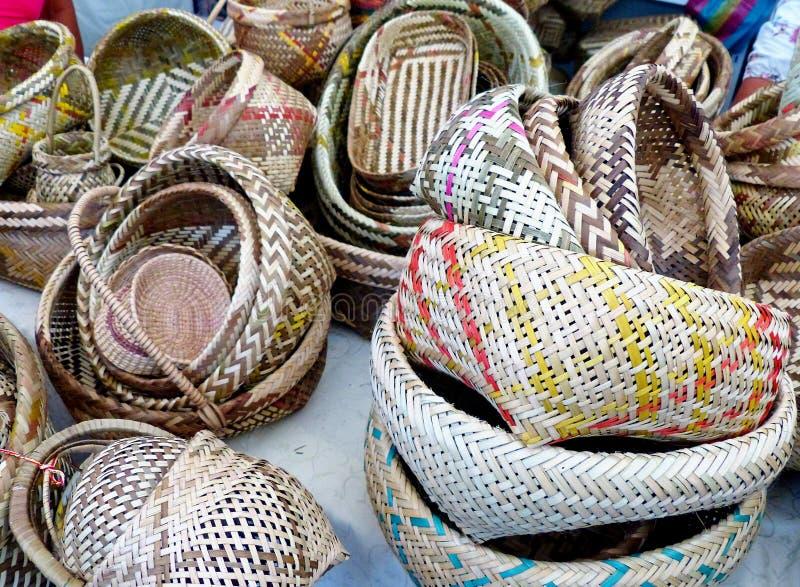 Cestini fabbricati a mano a partire da fibre vegetali, Ecuador fotografie stock libere da diritti