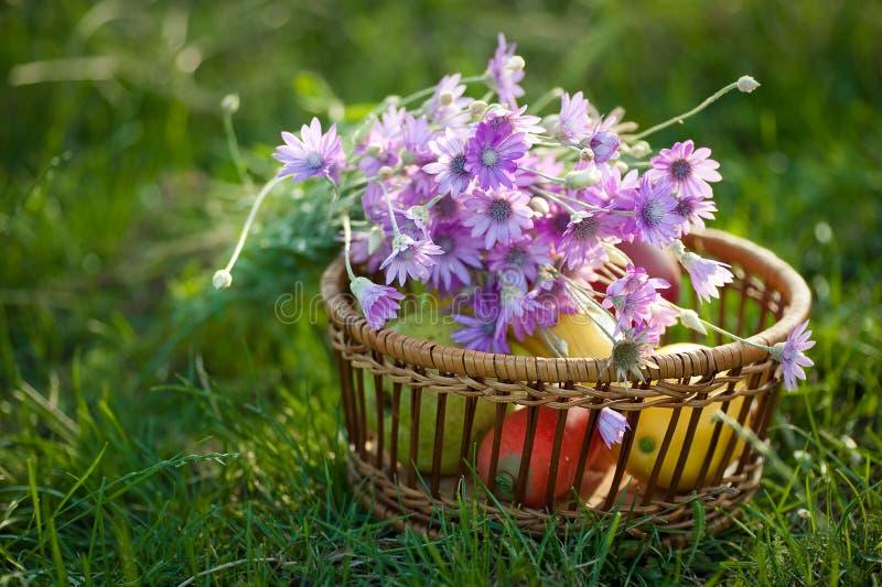 Cestino con frutta ed i fiori fotografia stock